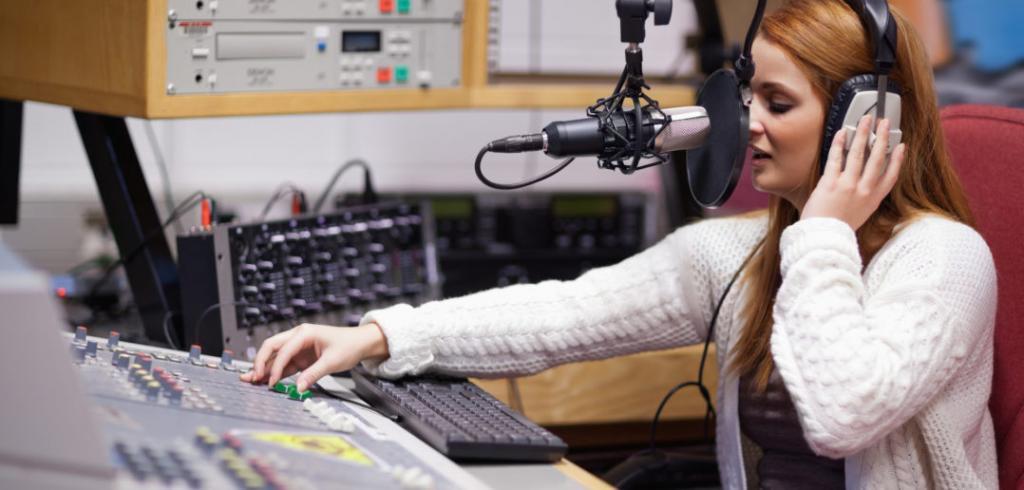 сотрудница радиостанции