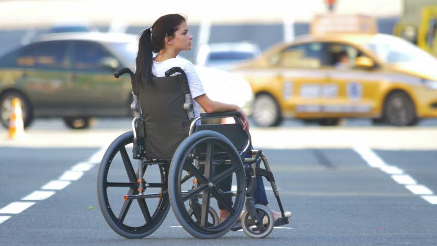 Девушка-инвалид посреди дороги.