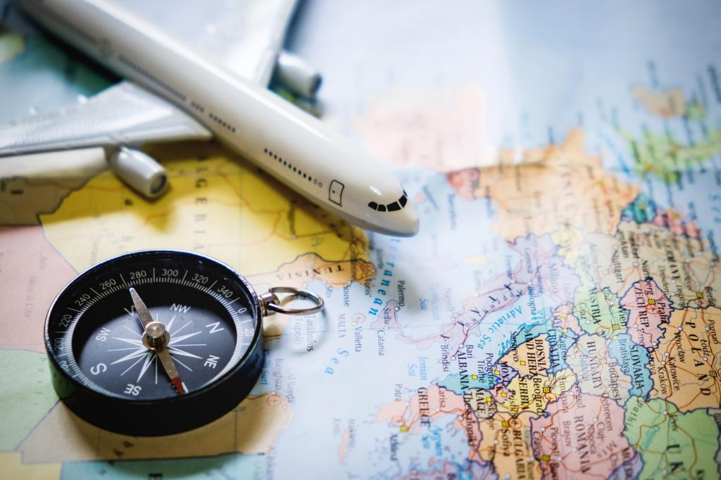 Самолет и компас на карте
