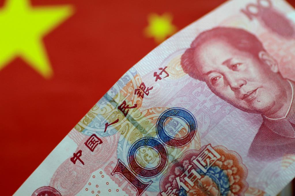 юань на фоне флага
