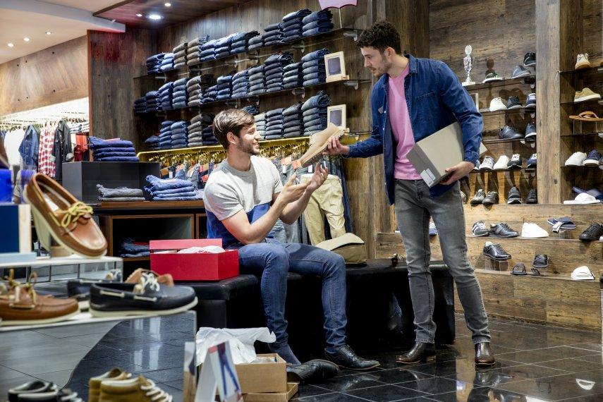 Продавец в обувном магазине.