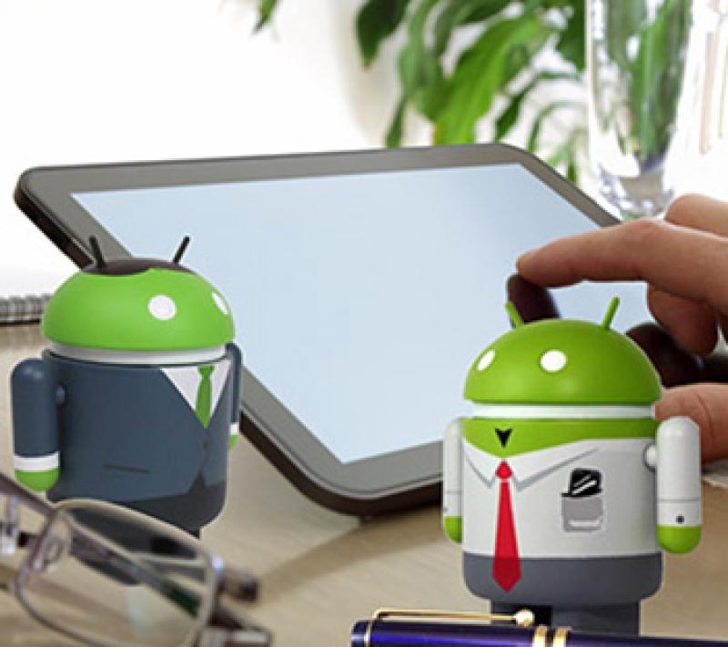 Фигурки Андроида на столе у пользователя.