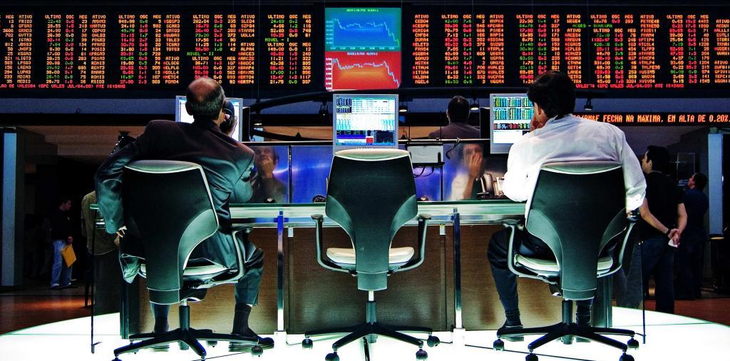 Специалисты анализируют фондовый рынок.