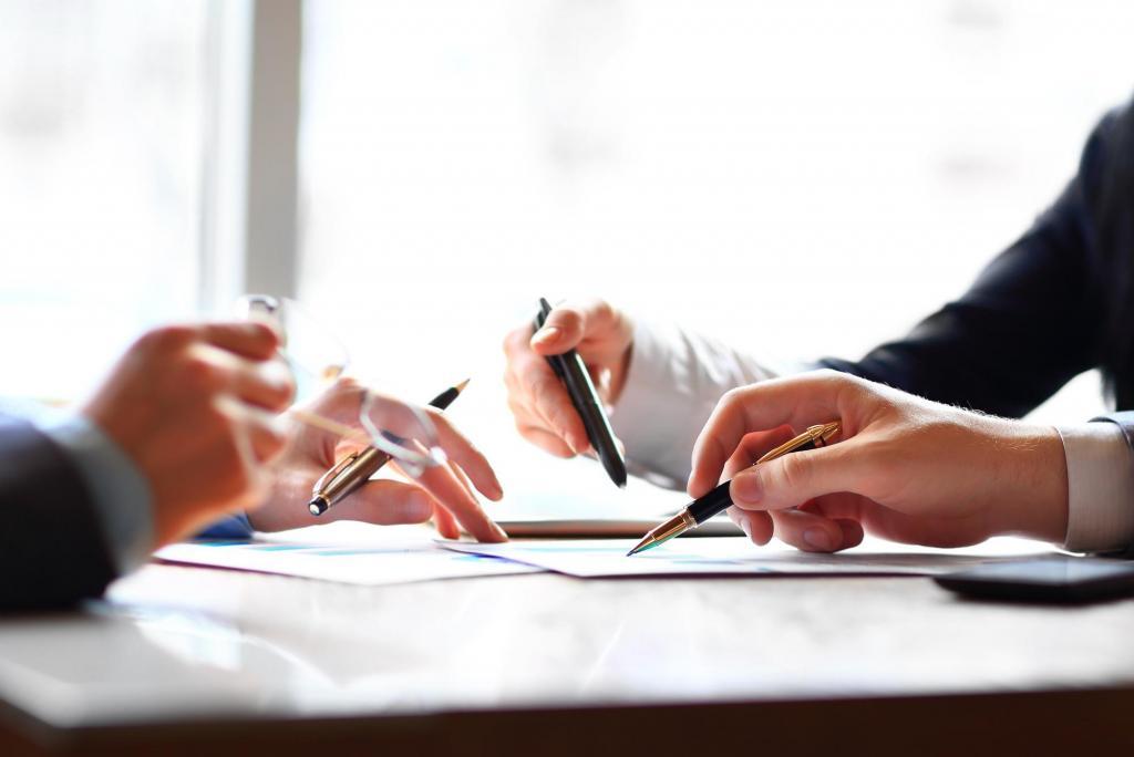 Юристы обсуждают бизнес-стратегию.