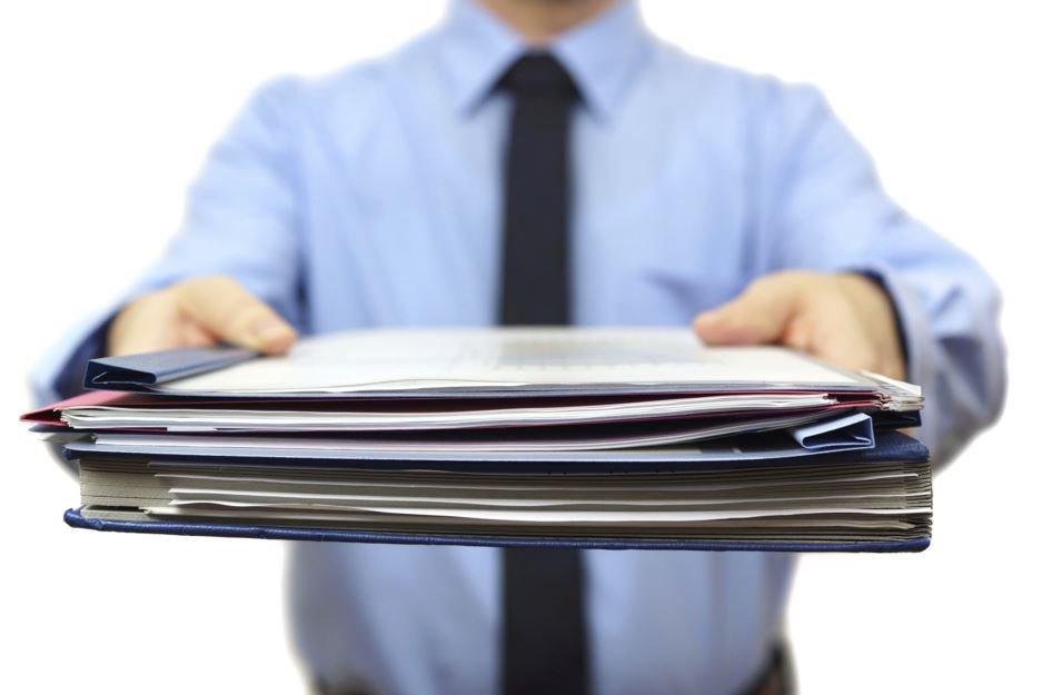 Документы в руках у мужчины.