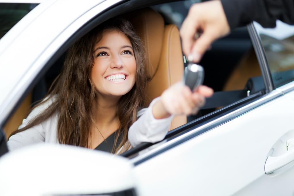 Девушка получает ключи от нового авто.