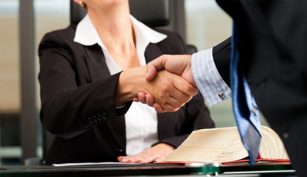 Рукопожатие между клиентом и юристом.