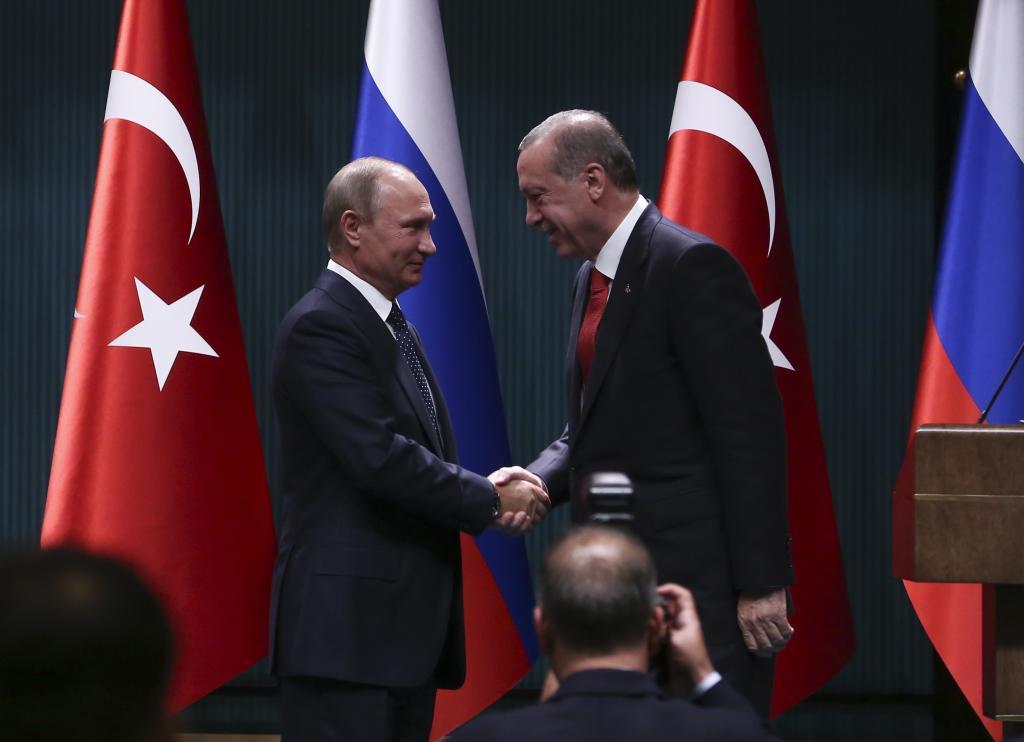 Президент турции жмет руку Путину.