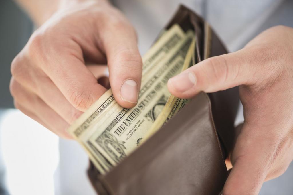 Деньги в кошельке у мужчины.
