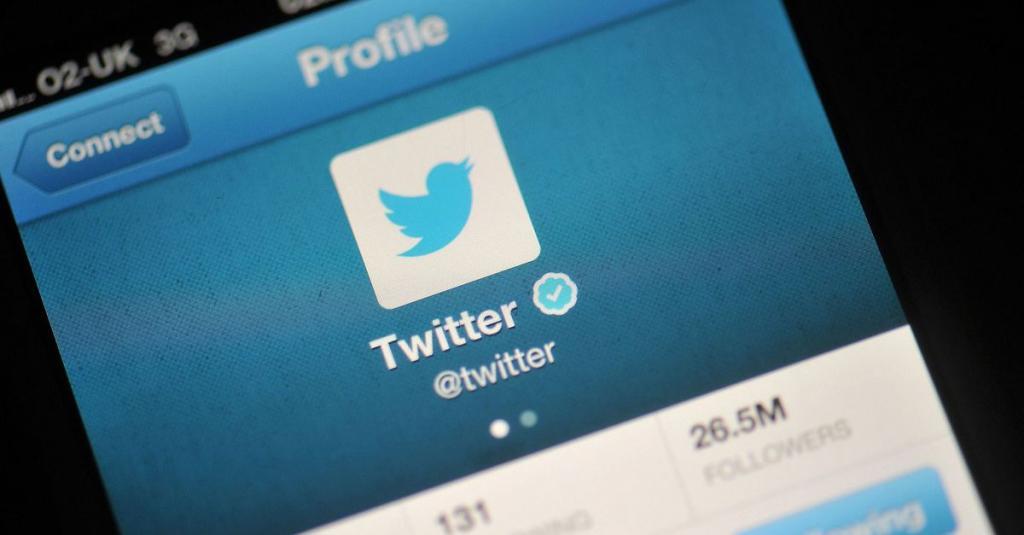 Твиттер на телефоне.