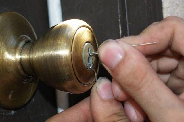 взломать навесной замок с полукруглым ключом