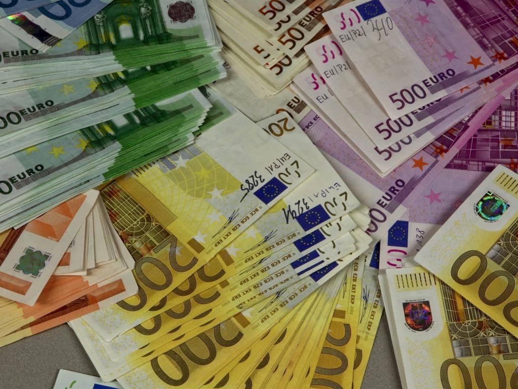 Большая куча евро.
