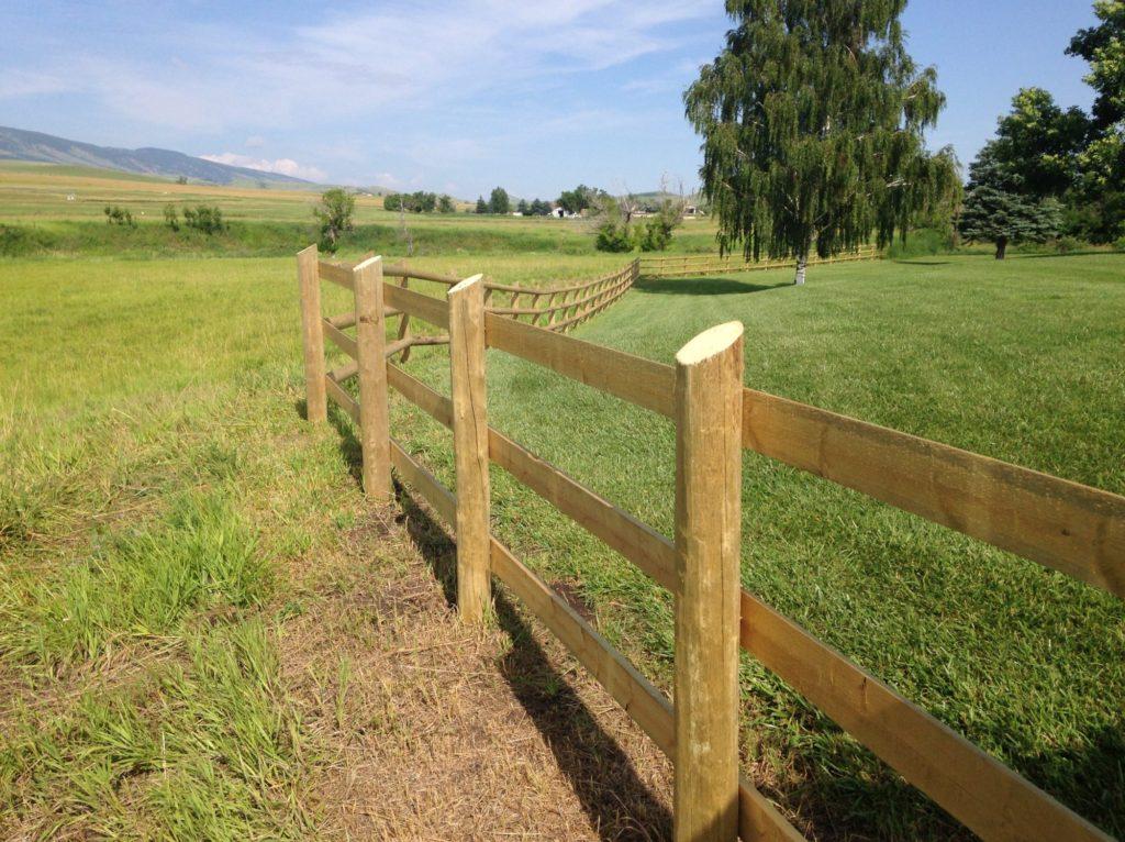 Земельный участок с забором.