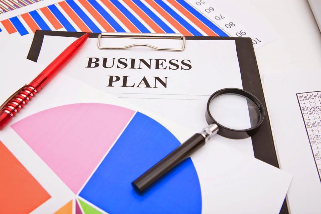 Бизнес-план и лупа.